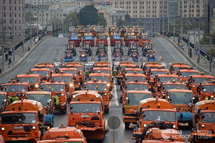Более 650 автомобилей комплекса городского хозяйства и экстренных служб в День города прошло по Садовому кольцу.