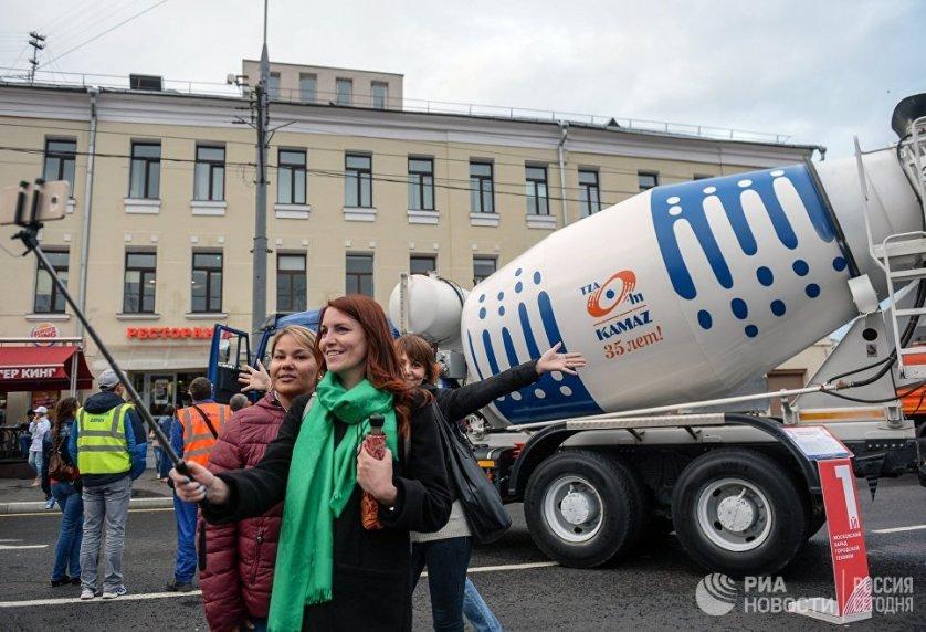Посетители на выставке спецтехники на Красной Пресне во время Первого московского парада городской техники в Москве.