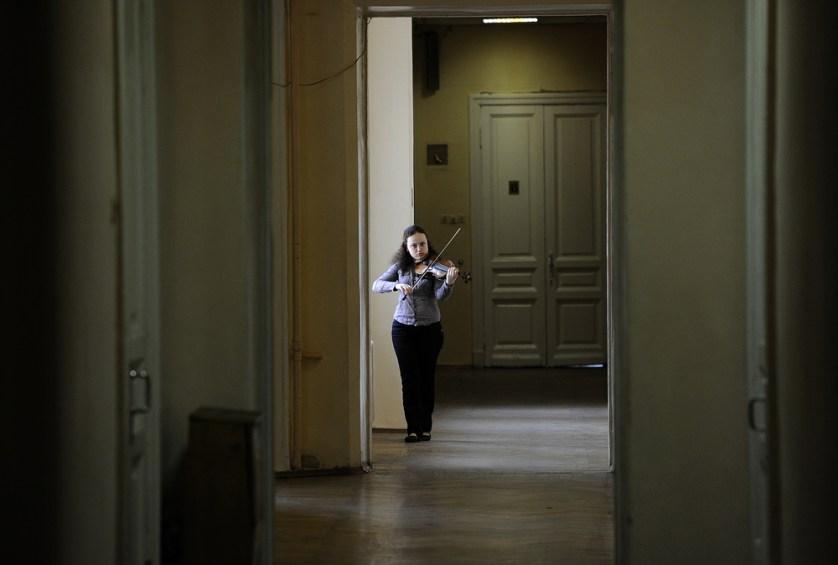 ITAR-TASS 30: MOSCOW, RUSSIA. MAY 17, 2010. A student plays the violin at the Moscow Tchaikovsky Conservatory. (Photo ITAR-TASS / Alexei Filippov) 30. Ðîññèÿ. Ìîñêâà. 17 ìàÿ. Ñòóäåíòêà Ìîñêîâñêîé ãîñóäàðñòâåííîé êîíñåðâàòîðèè èìåíè Ï.È. ×àéêîâñêîãî âî âðåìÿ ïîäãîòîâêè ê çàíÿòèþ. Ôîòî ÈÒÀÐ-ÒÀÑÑ/ Àëåêñåé Ôèëèïïîâ