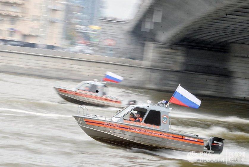 Выступление участников спасательной службы на водных объектах МЧС РФ во время Первого московского парада городской техники в Москве.