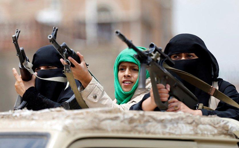 Женщины-хуситы во время военного парада в Сане, Йемен.