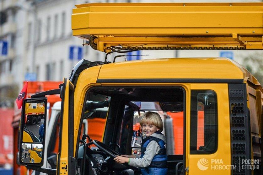 Свыше 130 машин составили выставочную экспозицию на улице Красная Пресня.