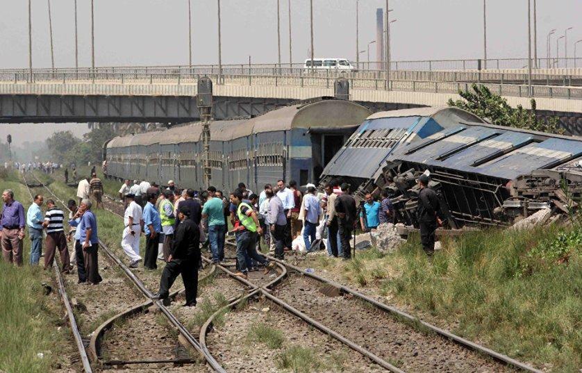 Два вагона пассажирского поезда, следовавшего по маршруту Асуан-Каир, в среду сошли с рельсов и перевернулись. Пять человек погибли, 27 пострадали.