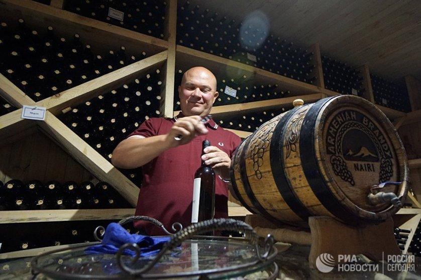 """Вина """"на каждый день"""" обычно бродят в больших 20-тонных емкостях из нержавеющей стали, а вина премиум-класса – в специальных деревянных бочках."""