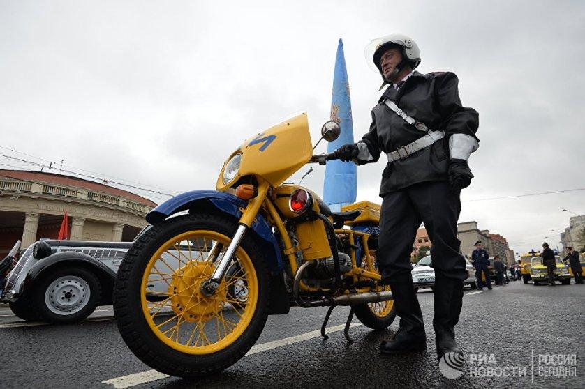 Мэр Москвы Сергей Собянин выразил благодарность водителям всех городских служб, которые участвуют в параде и ежедневно ведут дежурство за рулем своих машин на дорогах Москвы.