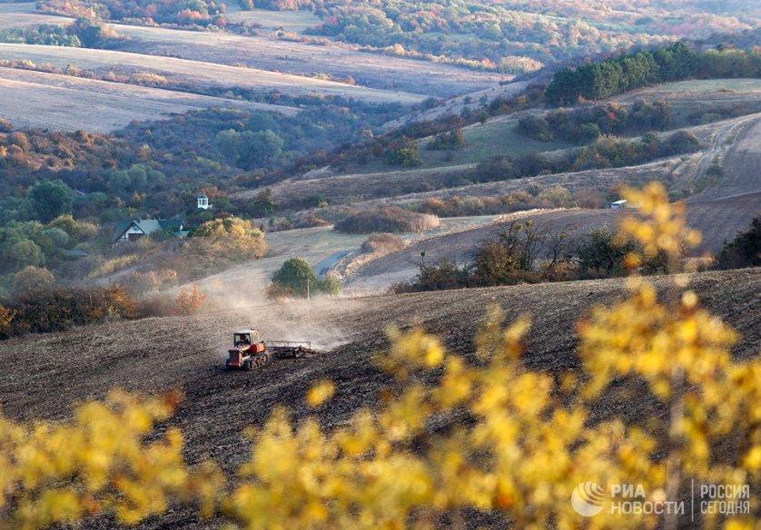 Осенняя обработка земли в окрестностях села Клиновка Симферопольского района.