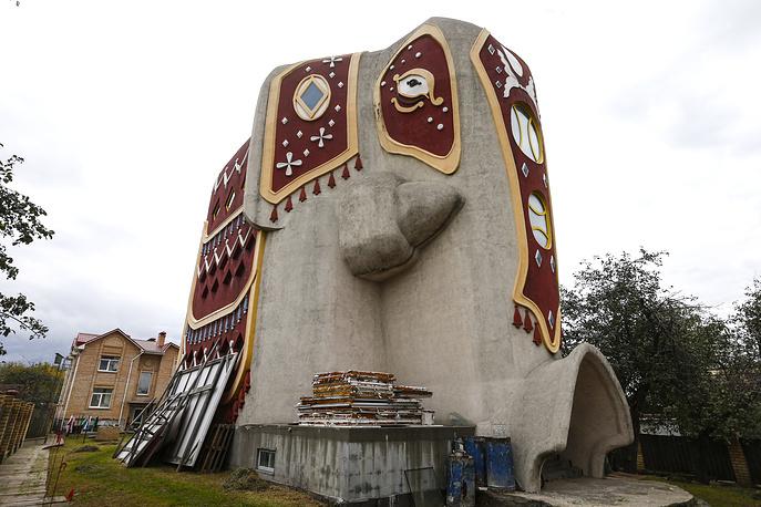 MOSCOW REGION, RUSSIA - SEPTEMBER 28, 2016: An elephant shaped house in the village of Ostrovtsy at Tsentralnaya Ulitsa Street, a section of Novoryazanskoye Shosse. Mikhail Japaridze/TASS Ðîññèÿ. Ìîñêîâñêàÿ îáëàñòü. Äîì â âèäå ñëîíà â äåðåâíå Îñòðîâöû. Ìèõàèë Äæàïàðèäçå/ÒÀÑÑ