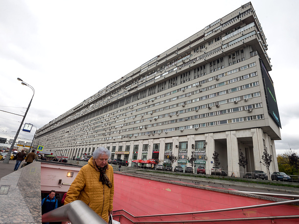 MOSCOW, RUSSIA - SEPTEMBER 27, 2016: A view of a giant apartment block at 2 Bolshaya Tulskaya Street, designed by architect Vladimir Babad and built in 1981. Measuring 400 m [0.25 miles] in length and 50 m [164 ft] in height, the residential building houses almost 1,000 flats. Dmitry Serebryakov/TASS Ðîññèÿ. Ìîñêâà. Æèëîé äîì íà Áîëüøîé Òóëüñêîé óëèöå, ïîñòðîåííûé â 1981 ãîäó ïî ïðîåêòó àðõèòåêòîðîâ Â. Ä. Áàáàäà, Â. Ë. Âîñêðåñåíñêîãî. Äìèòðèé Ñåðåáðÿêîâ/ÒÀÑÑ