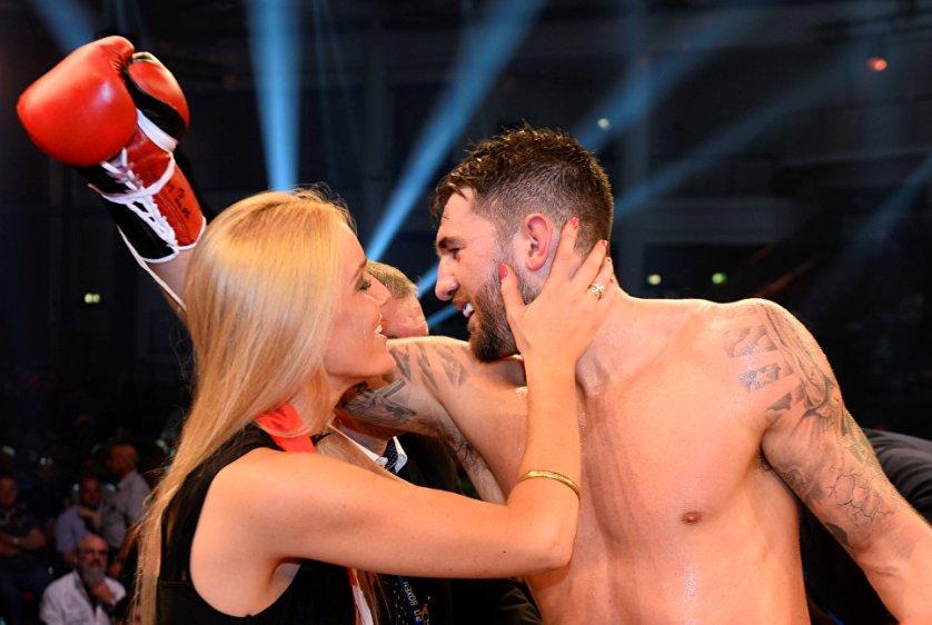 1 октября в Нойбранденбурге Натан Клеверли техническим нокаутом в шестом раунде победил Юргена Бремера в бое за звание чемпиона мира в полутяжелом весе по версии WBA.