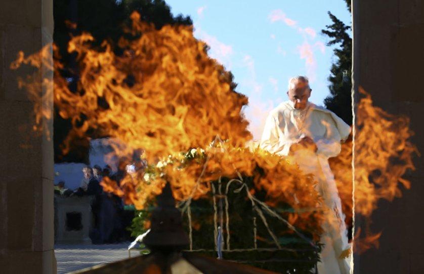 Папа римский Франциск прибыл в воскресенье в Азербайджан с пастырским визитом. Понтифик посетил Шехидляр хиябаны, где похоронены герои-защитники независимости и территориальной целостности Азербайджана. Вечером того же дня Франциск возвратился в Ватикан.
