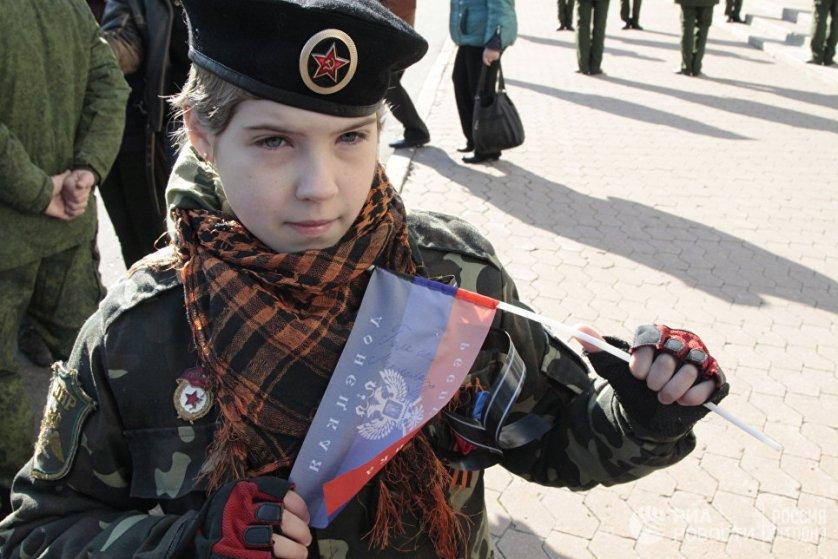 Юная жительница Донецка Ангелина. На ее флажке - автограф, который когда-то ей оставил командир ополчения ДНР Арсен Павлов (Моторола).