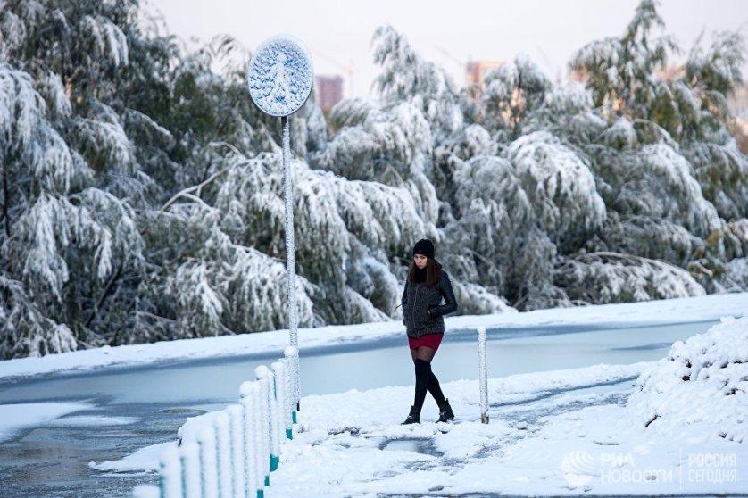 """В Омске в четверг выпало рекордное количество осадков за период метеорологических наблюдений с 1891 года. Резкие погодные изменения произошли из-за вторжения на территорию Омской области циклона с Урала. Температура понизилась, в некоторых районах области ночью до отрицательных значений. """"Однако этот снег временный, он растает"""", - обещают синоптики."""