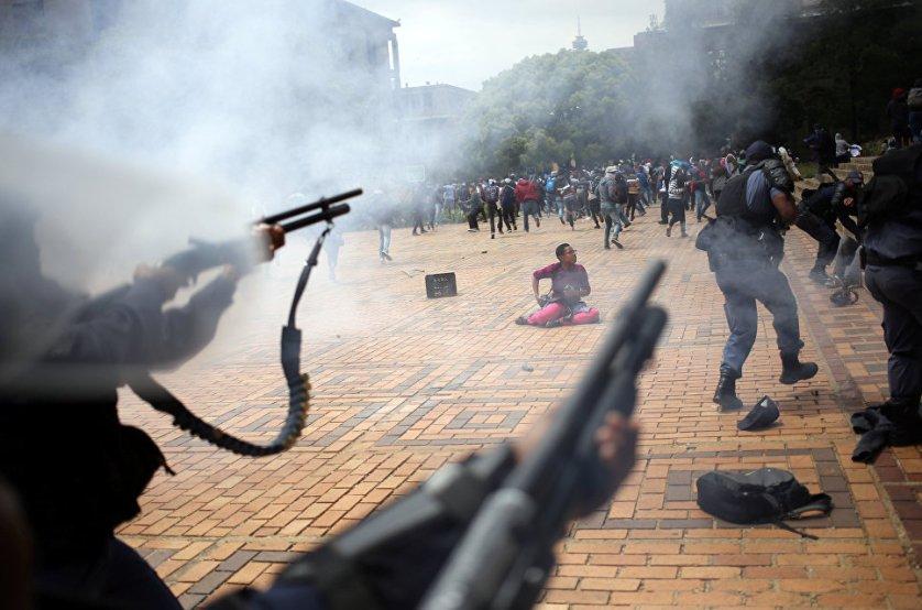 Полиция ЮАР применила светошумовые гранаты для разгона студентов, протестующих в Университете Йоханнесбурга. Около 100 студентов во вторник устроили акцию протеста против высокой платы за обучение и продолжающегося на протяжении более двух десятилетий неравенства в южноафриканской республике.