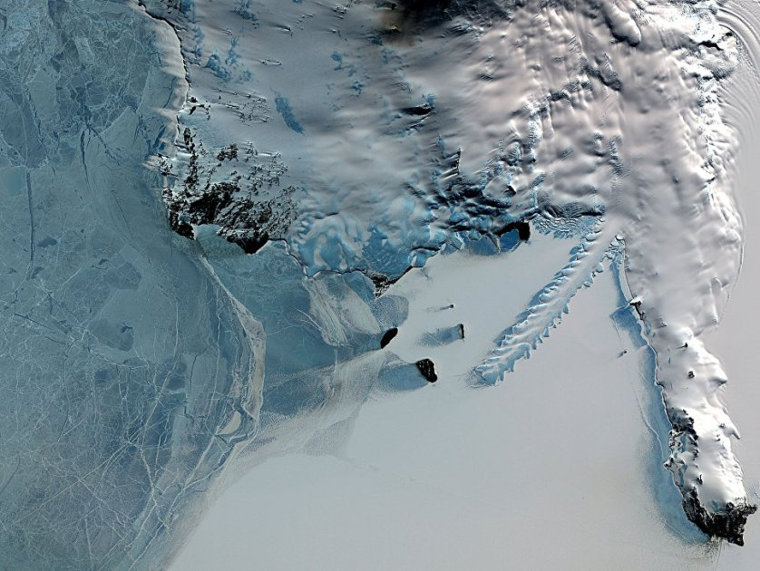 Эребус - самый южный действующий вулкан на Земле, он расположен на острове Росса, где имеется еще три потухших вулкана.