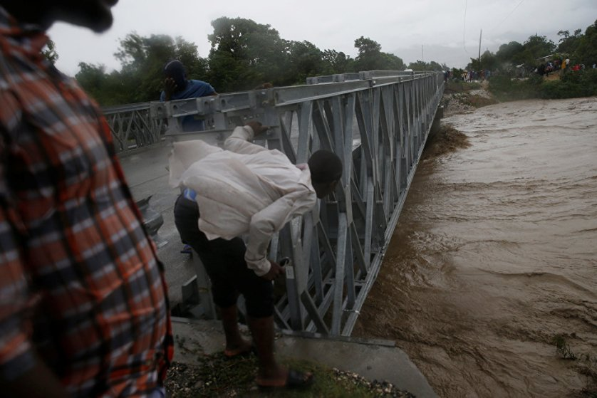 """Южная часть Гаити, наиболее затронутая ураганом """"Мэтью"""", оказалась изолирована от остальной страны после обрушения моста."""