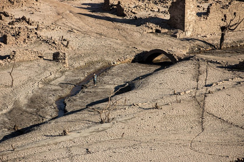 Руины испанского города Мансилья-де-ла-Сьерра, показавшиеся из воды в результате засухи в провинции Риоха.