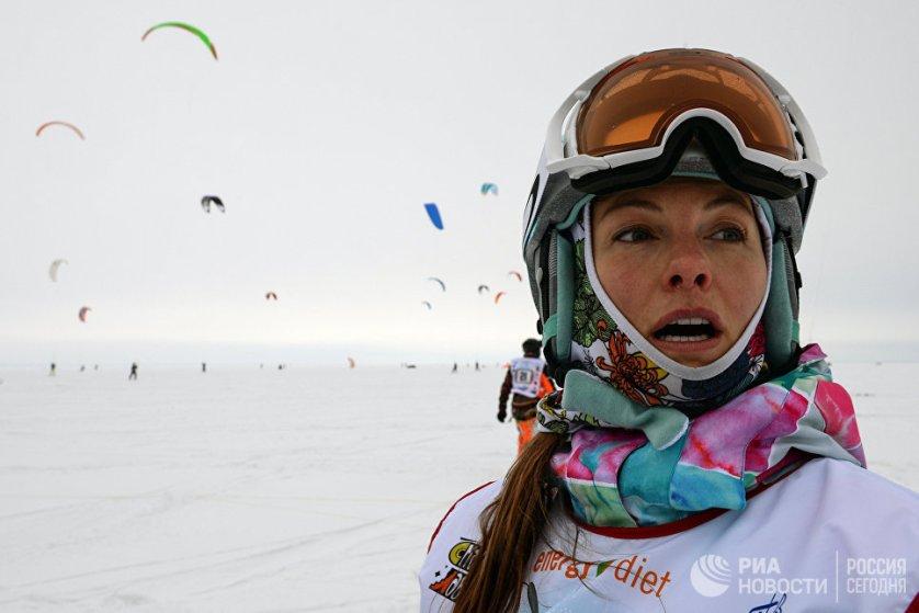 Спортсменка во время гонок в дисциплине курс-рейс в рамках кубка Сибири по зимнему кайтингу на льду водохранилища Новосибирской ГЭС.