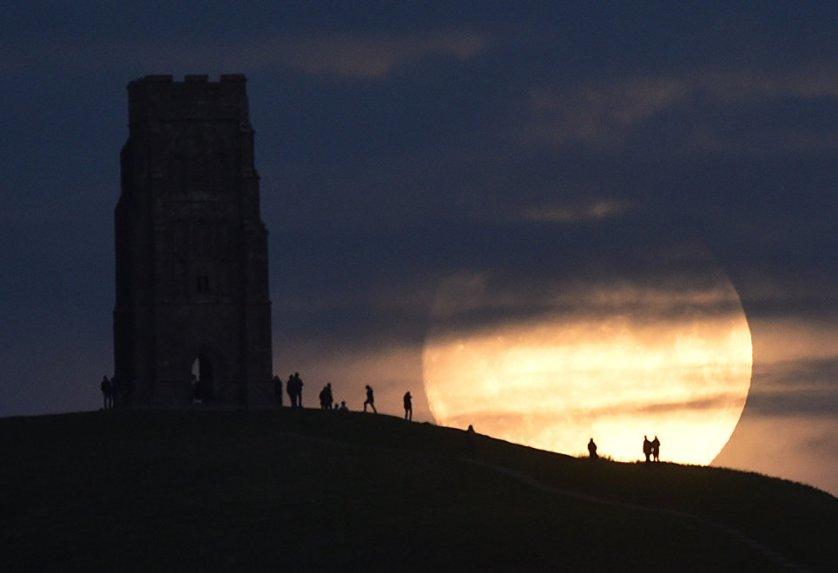 Луна за день до суперлуния в Гластонбери, Великобритания.