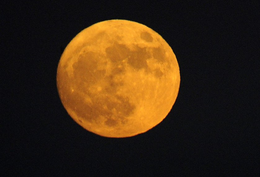 Луна над долиной Сан-Габриэль, Калифорния, США.