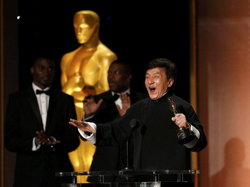 """Знаменитый актер Джеки Чан стал лауреатом почетной премии """"Оскар"""" за вклад в киноискусство. Торжественная церемония награждения прошла в Лос-Анджелесе в субботу."""