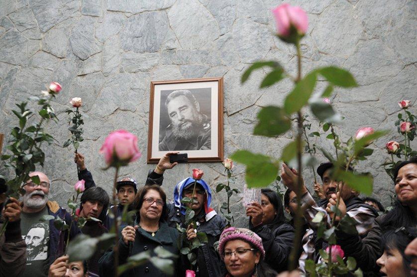 Колумбийцы несут цветы к посольству Кубы в Боготе.