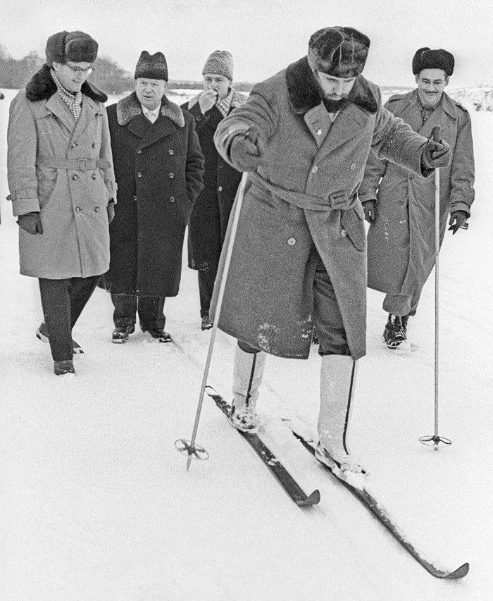 Фидель Кастро (на лыжах) и первый секретарь ЦК КПСС Никита Хрущев (на втором плане в центре) во время визита кубинского лидера в СССР. Московская область, 1964 год