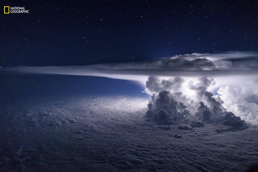 "Работа фотографа Santiago Borja ""Тихоокеанский шторм""."