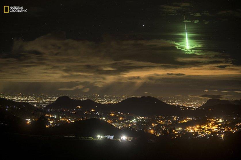"""Работа фотографа Prasenjeet Yadav """"Зеленый метеорит"""". Снимок был сделан в Индии."""