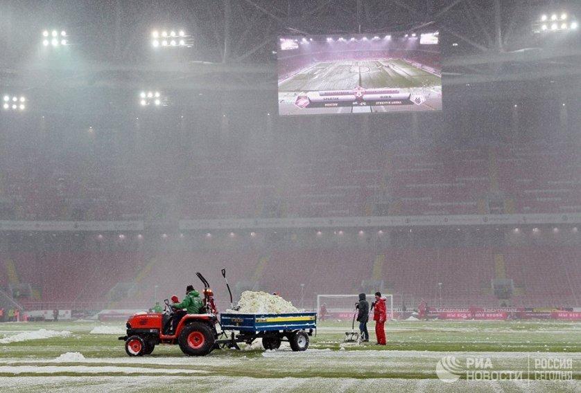 """Уборкой города занимались около 11 тысяч единиц спецтехники, включая снегоуборочную, самосвалы, погрузчики и средства малой механизации, а также до 20 тысяч рабочих ручной уборки. На фото: уборка снега на стадионе """"Открытие Арена""""."""