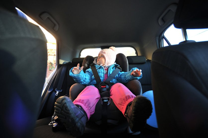 Ребенок в детском автомобильном кресле