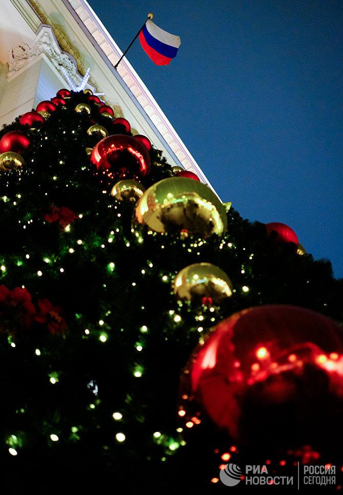 Новогодняя ель возле здания мэрии на Тверской улице.