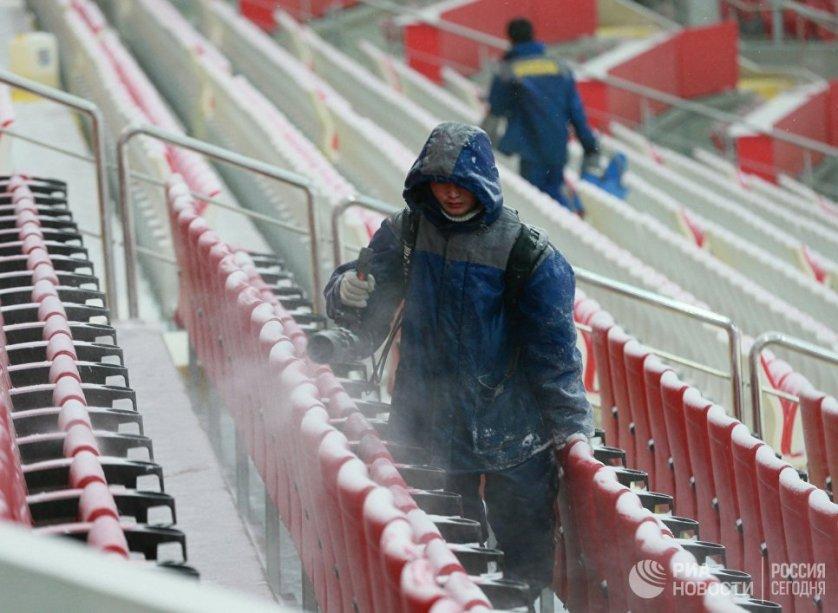 """Уборка снега на стадионе """"Открытие Арена""""."""