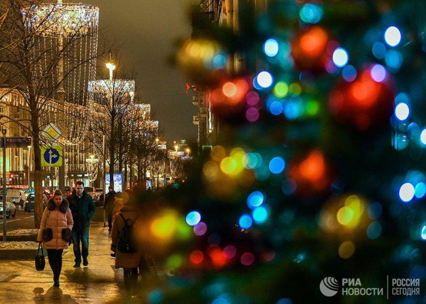 Новогодняя иллюминация в виде бокалов шампанского на Тверской улице.