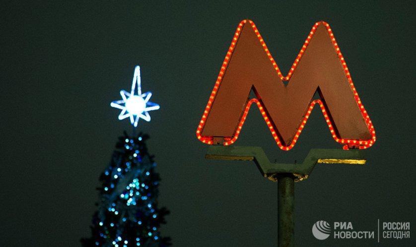 Логотип Московского метрополитена на Тверской улице.