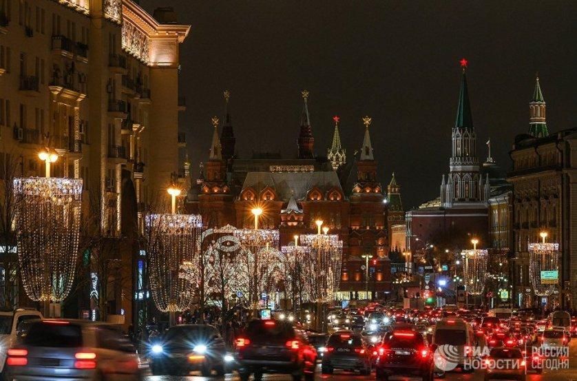 Специалисты из Франции специально для Тверской улицы разработали уникальный проект: опоры городского освещения превратились в стилизованные бокалы шампанского.