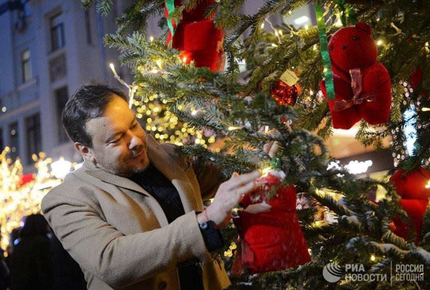 Дизайнер Игорь Чапурин в качестве елочного украшения выбрал красных медведей.