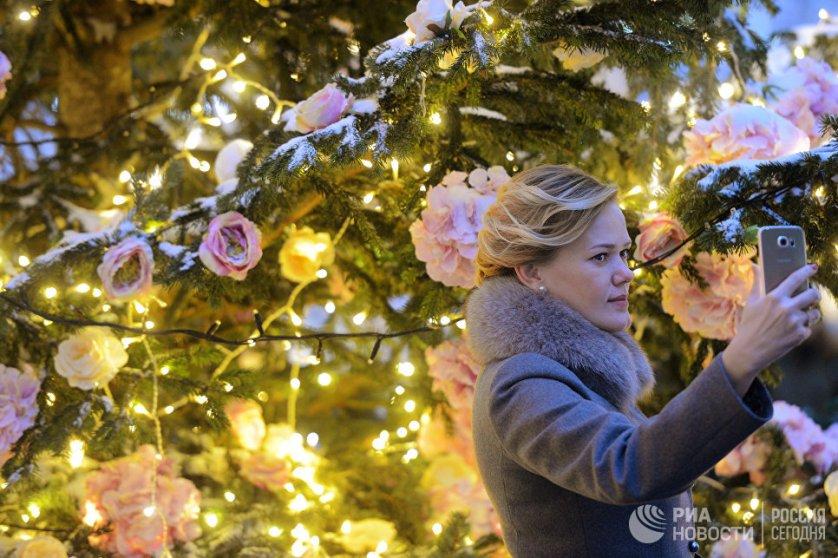 В Новый Год москвичам напомнят о весне и лете, для этого одну из елок украсили более тысячи искусственных цветов — гортензий, роз, пионов и ранункулюсов.