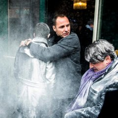 Экс-премьера Франции Вальса обсыпали мукой в Страсбурге