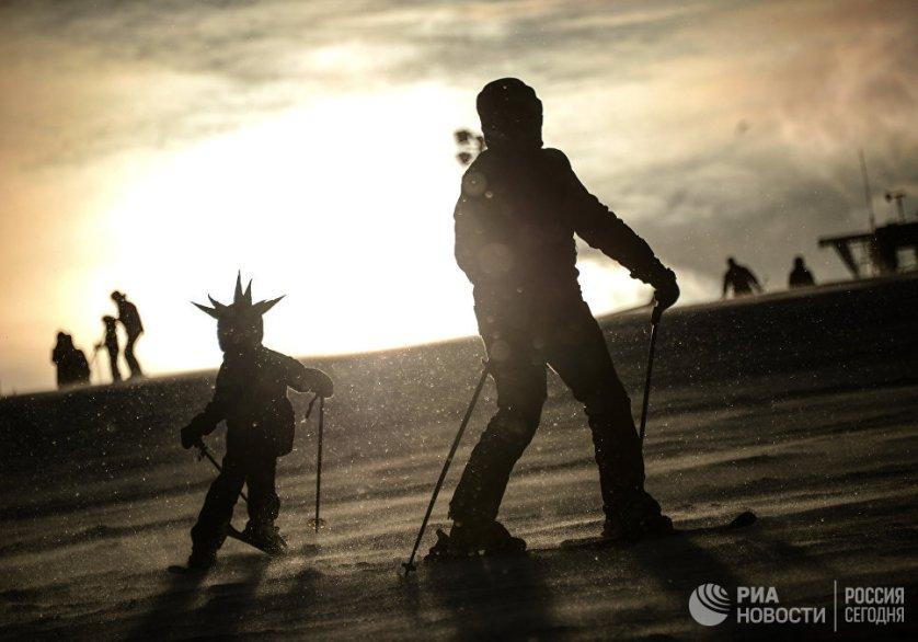 """Отдыхающие на горнолыжном курорте """"Сорочаны"""" в Московской области."""