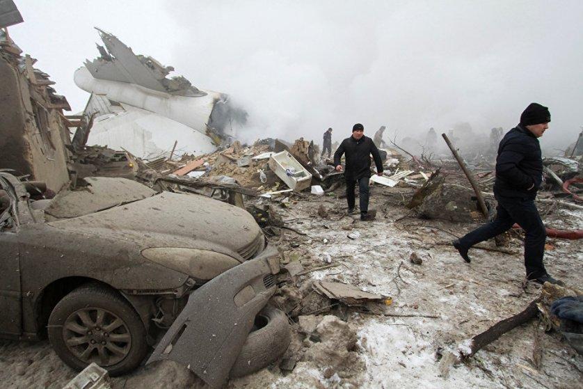 После приземления самолет буквально протаранил жилые дома поселка и загорелся.