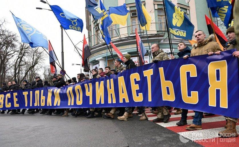 """Впереди колонны шли лидеры националистических партий с плакатом """"Все только начинается""""."""