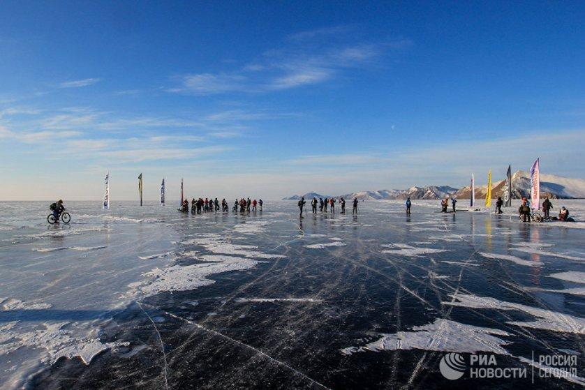 Стоит отметить, что температура воздуха на Байкале около 20 градусов ниже нуля.