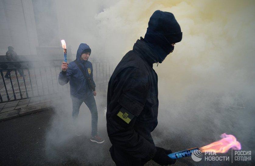 Многие участники митинга были одеты в камуфляжную форму, жгли файеры, взрывали петарды, пускали в ход и дымовые шашки.