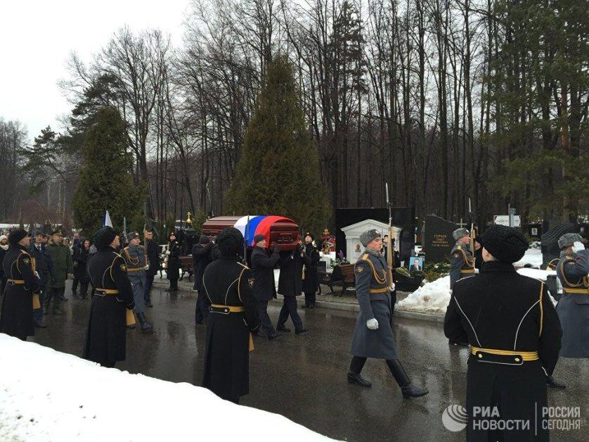 Ему были отданы воинские почести: траурный кортеж встречал почетный караул, играл военный оркестр.