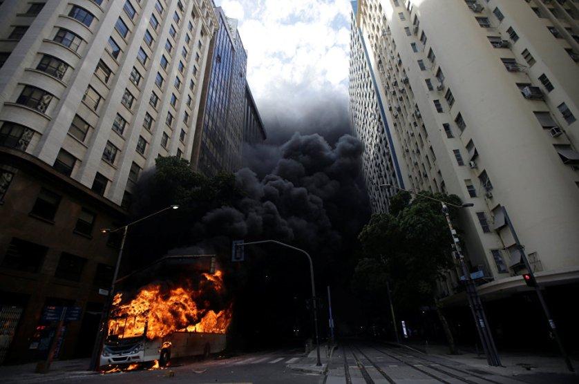 Автобус, подожженный антиправительственными демонстрантами во время акция протеста против правительства в Рио-де-Жанейро, Бразилия.