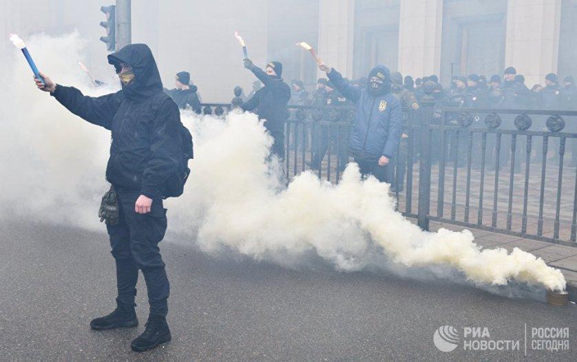 Возле Рады также дежурили пожарные и медики.
