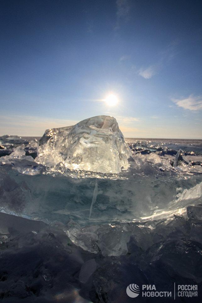 Лед озера Байкал.