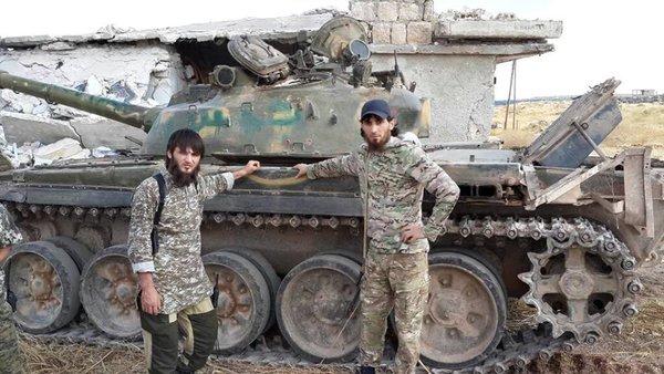 Лидер чеченской группировки «Ажнад аль-Кавказ» Абдул Хаким Шишани (слева) уже обещает «помощь» Чечне.