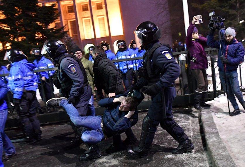 Спустя сутки в пикетах возле здания правительства в Бухаресте приняли участие уже более 100 тысяч протестующих.
