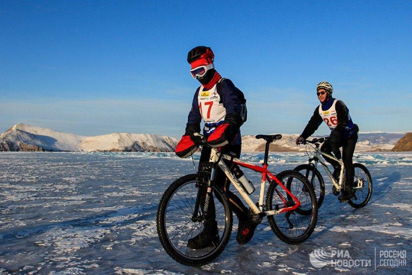 Гонка проходит в двух дисциплинах: коньки/лыжи и велосипед.